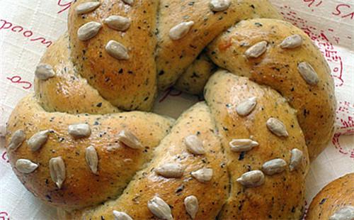 【2020】黑豆枸杞花环面包的做法